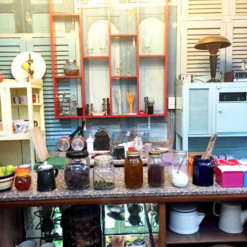 Không gian bếp để thực khách pha chế thức uống