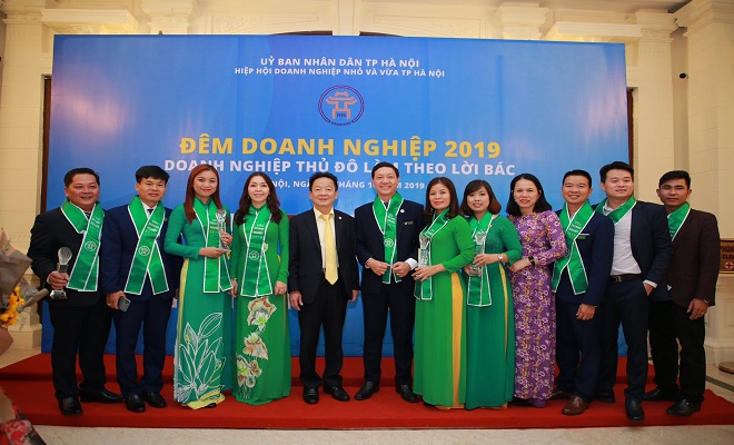 Các doanh nhân xuất sắc chụp hình kỷ niệm cùng ông Đỗ Quang Hiển - chủ tịch Hiệp Hội DN vừa và nhỏ Hà Nội, Chủ tịch Tập đoàn T&T , chủ tịch ngân hàng TMCP Sài Gòn- Hà Nội tại chương trình Đêm doanh nghiệp 2019