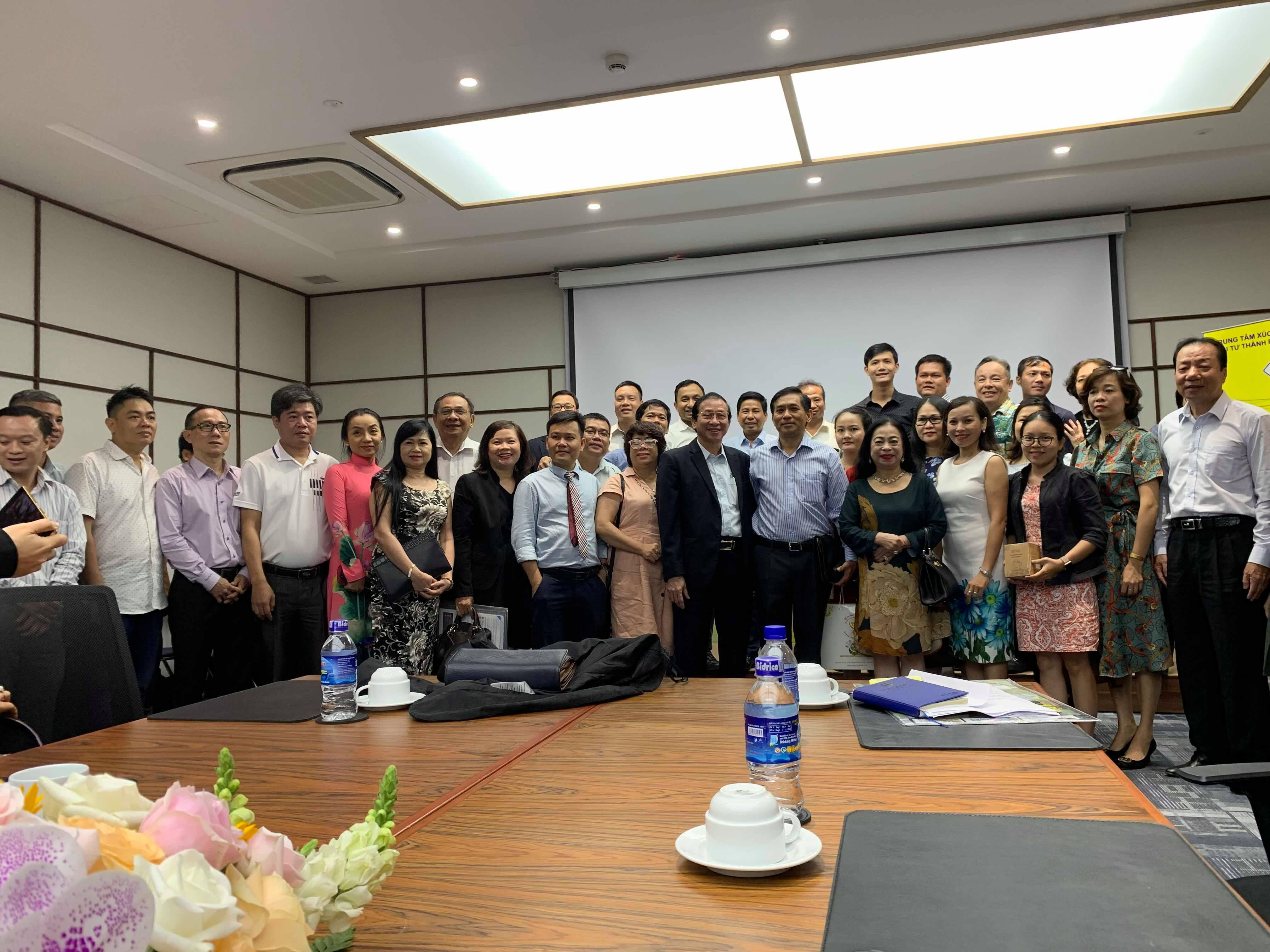 Đại diện Anni Coffee cùng các doanh nghiệp Việt chụp ảnh lưu niệm cùng Tân Tổng lãnh sự Việt Nam tại Hoa Kỳ