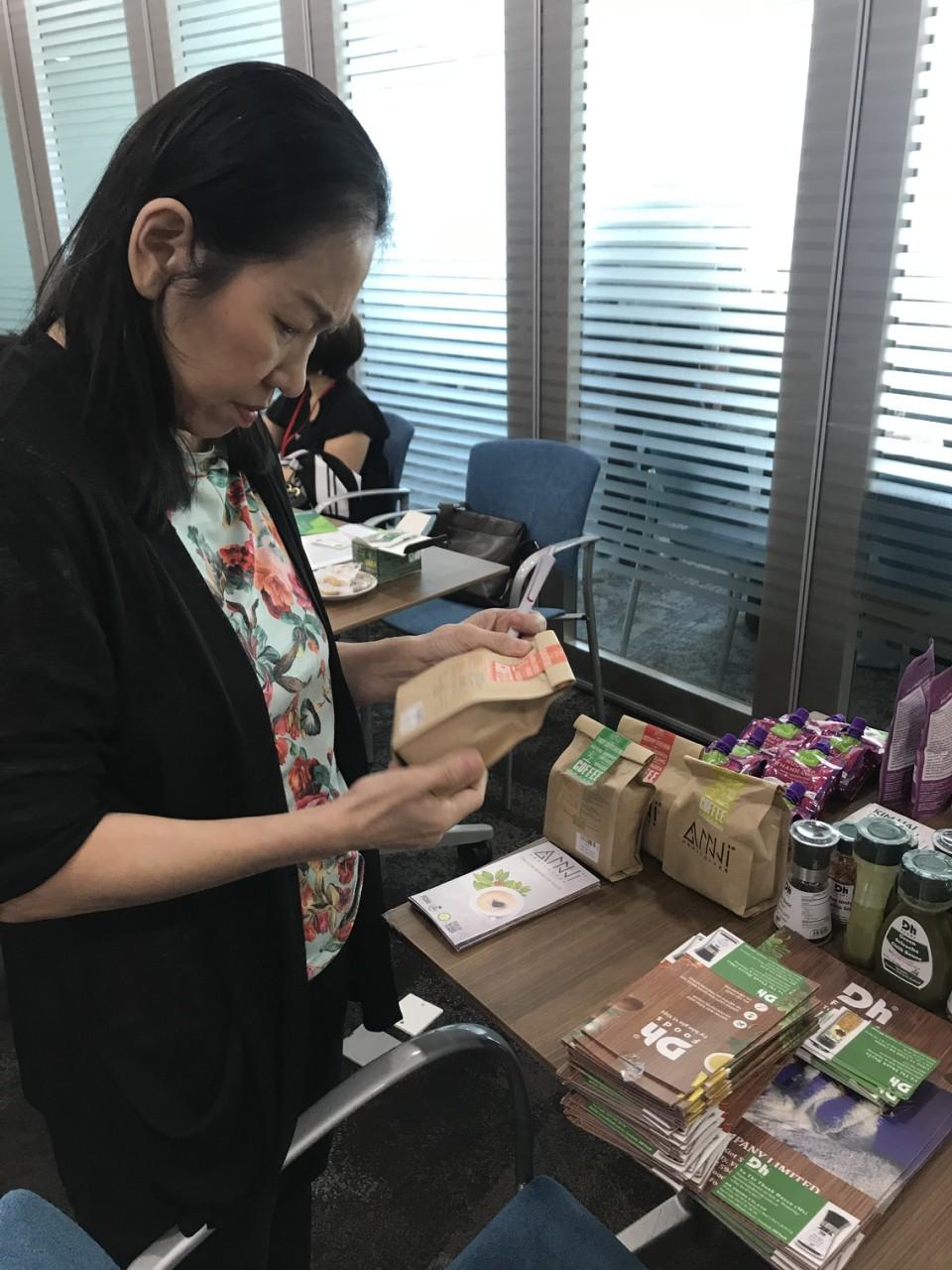 Khách hàng tìm hiểu về các sản phẩm của Anni Coffee tại hội nghị